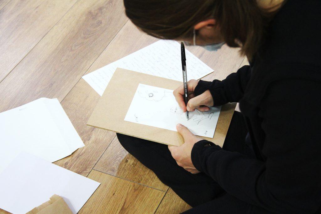 imagen de chica escribiendo en el taller de Creatividad Inside-Out